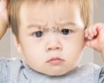 Что делать, если ребенок чешет уши?